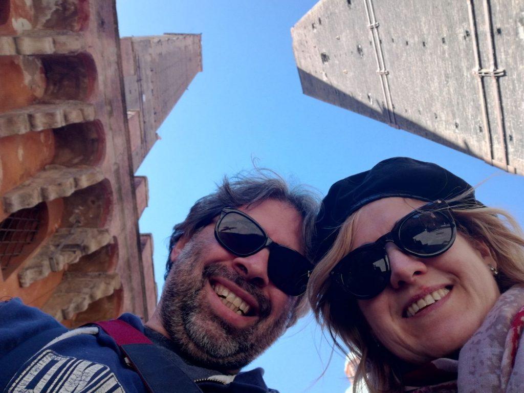 Fatina con il suo fotografo per sotto le torri di Bologna